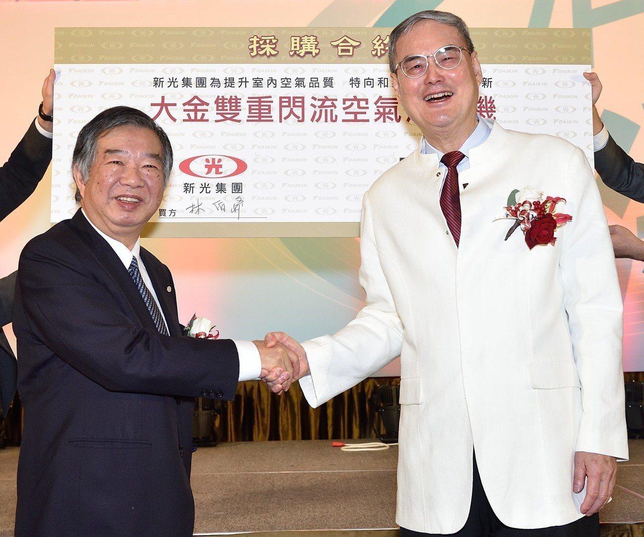新光保全董事長林伯峰(左)與和泰興業董事長蘇一仲(右)宣布簽約合作新光新板傑仕堡...