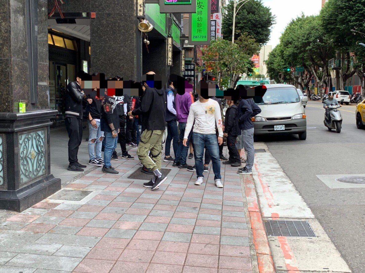 電影角頭前傳開拍,大批黑衣人聚集嚇到民眾。記者李承穎/翻攝