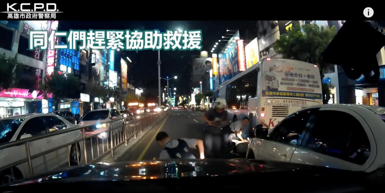 王姓男子駕駛白色贓車衝撞警察,呂姓員警被撞後卡到公車底下重傷。圖/翻攝高市警察局...