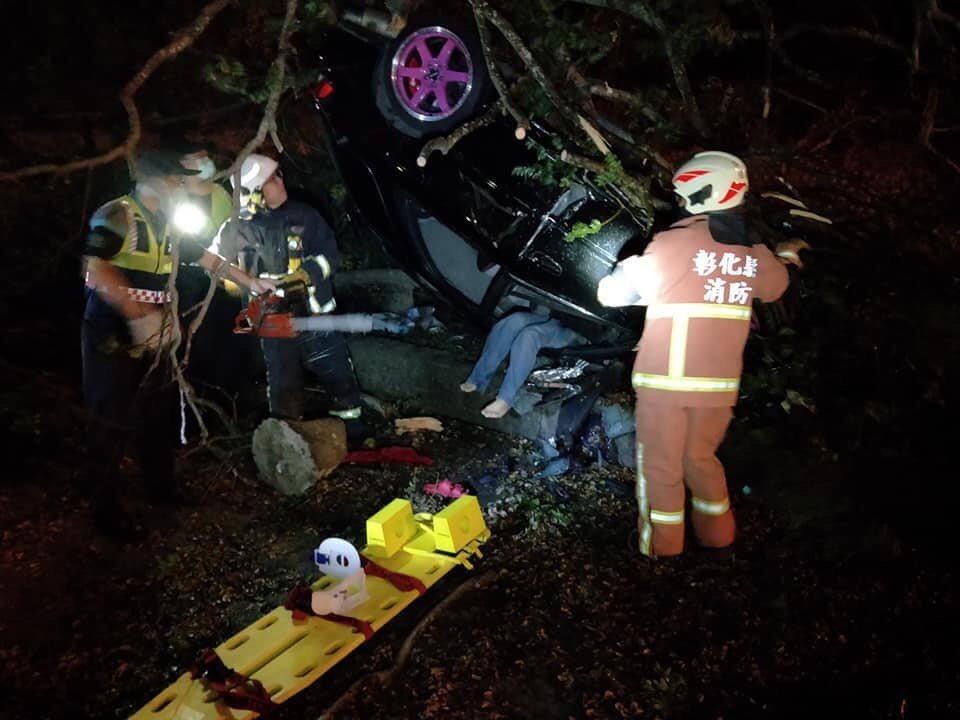 芬園鄉今天傍晚發生自小客車自撞,車體變形。記者林敬家/翻攝