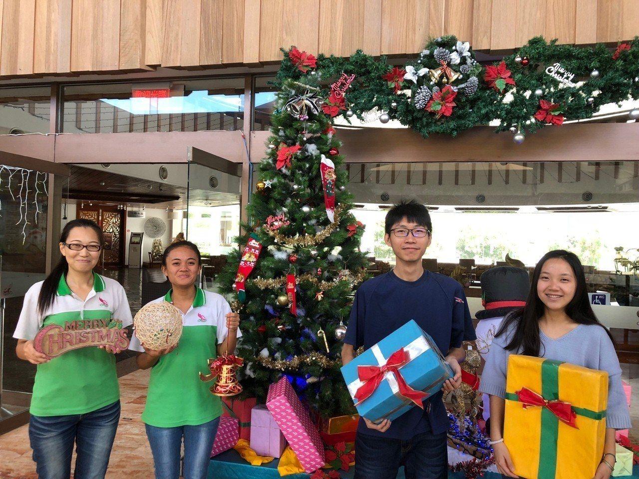 屏東小墾丁度假村為鼓勵位處偏遠的滿州國中學生,透過畫作讓外界看見家鄉之美,耶誕節...