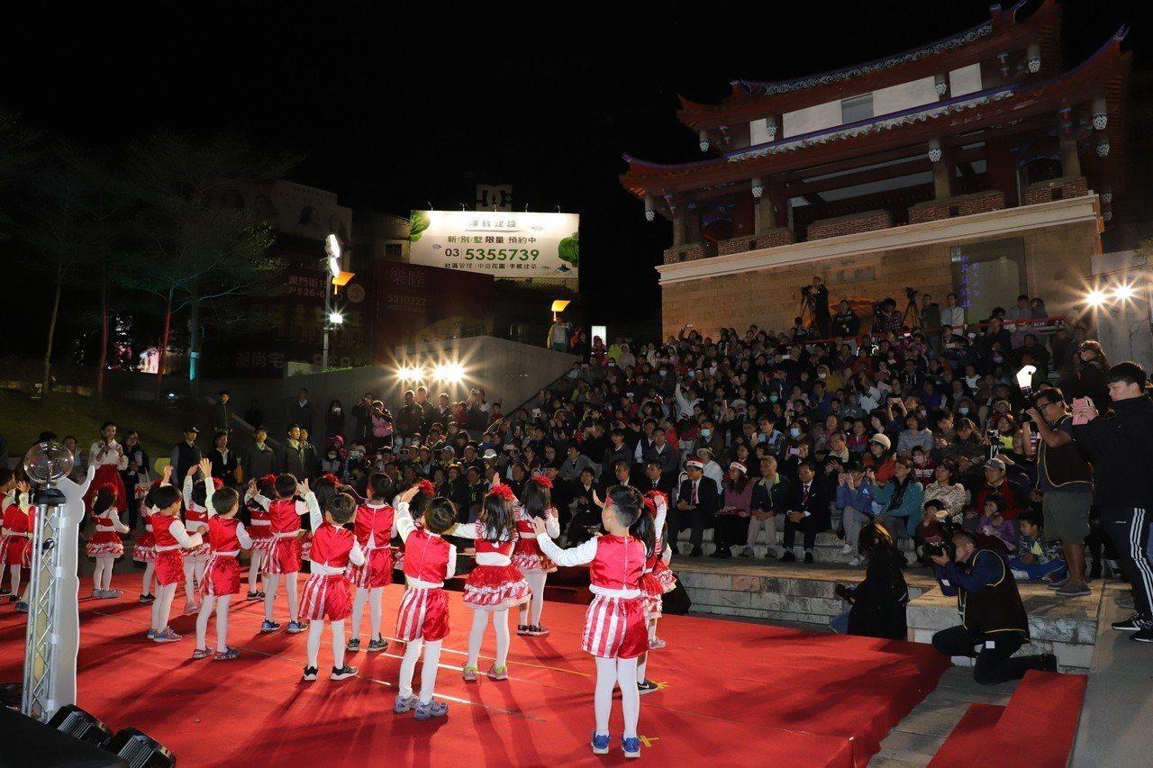 新竹市東門圓環今天辦耶誕樹點燈,吸引不少民眾參加。記者郭宣彣/攝影