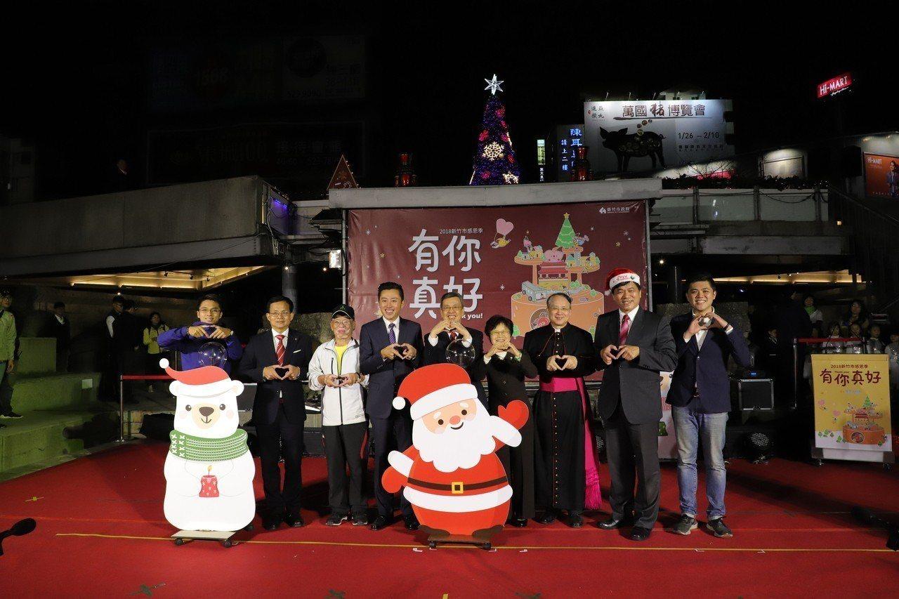 副總統陳建仁(右5)到新竹市東門圓環與市長林智堅(左4)參加耶誕樹點燈。記者郭宣...