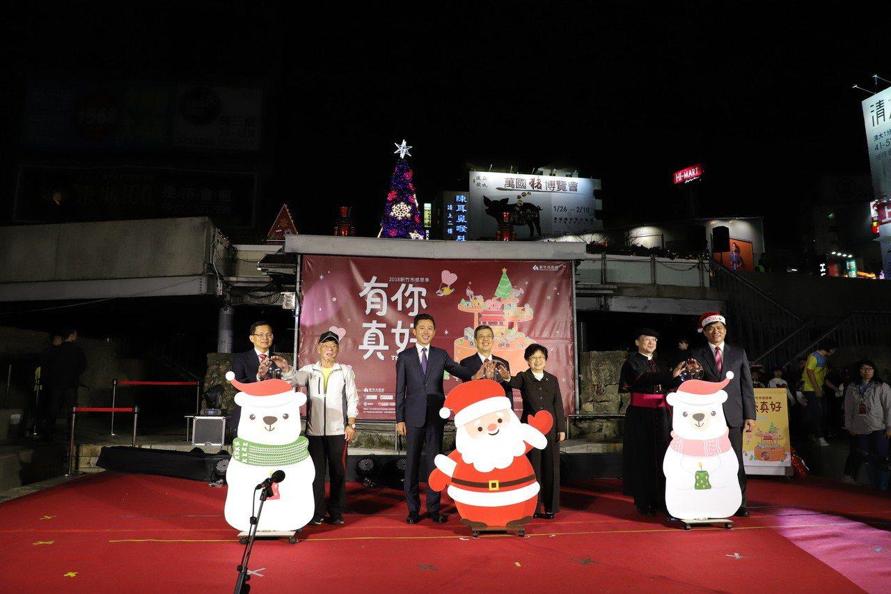 副總統陳建仁(右4)到新竹市東門圓環與市長林智堅(左3)參加耶誕樹點燈。記者郭宣...