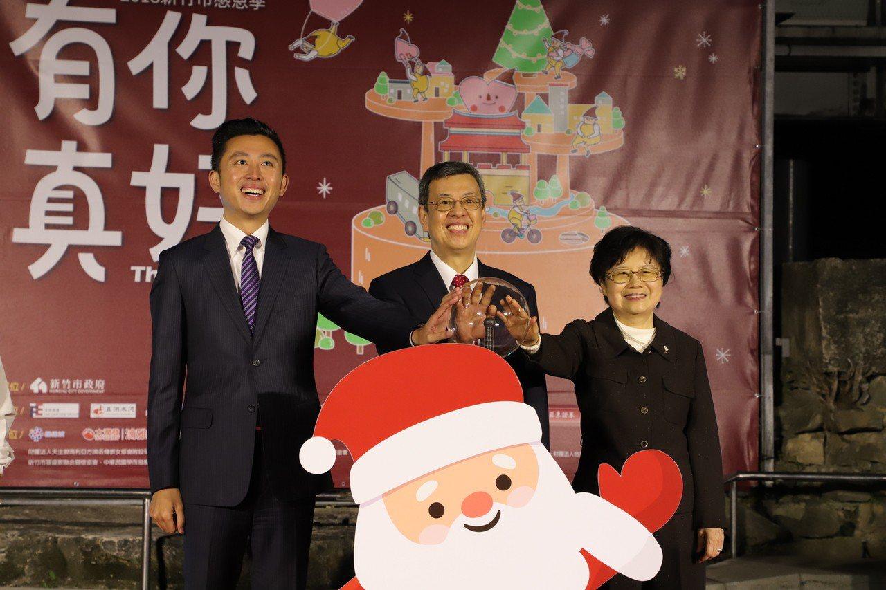 副總統陳建仁(中)到新竹市東門圓環與市長林智堅(左)參加耶誕樹點燈。記者郭宣彣/...