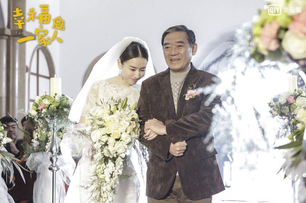 董潔(左)演出「幸福一家人」牽著爸爸李立群的手步入禮堂,畫面感人。圖/愛奇藝台灣...