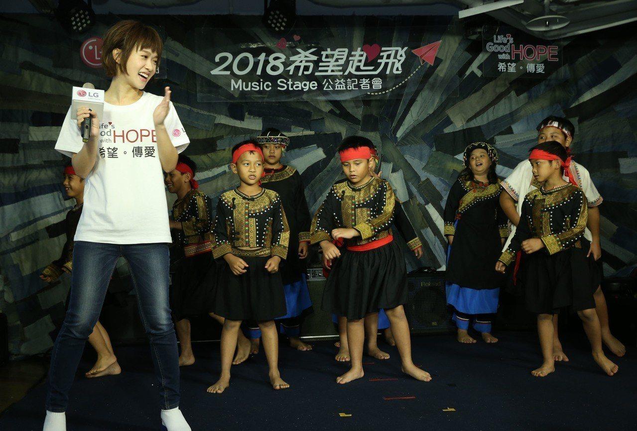 嚴正嵐與高雄寶山國小學童在LG耶誕Music Stage希望音樂舞台一同歡唱。記...