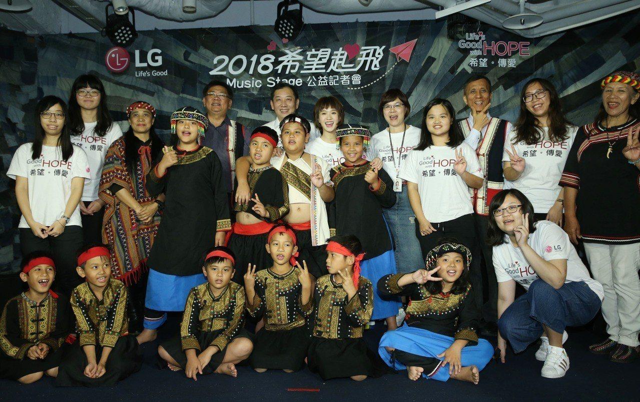 LG為高雄寶山國小孩童打造耶誕Music Stage希望音樂舞台。記者林俊良/攝...