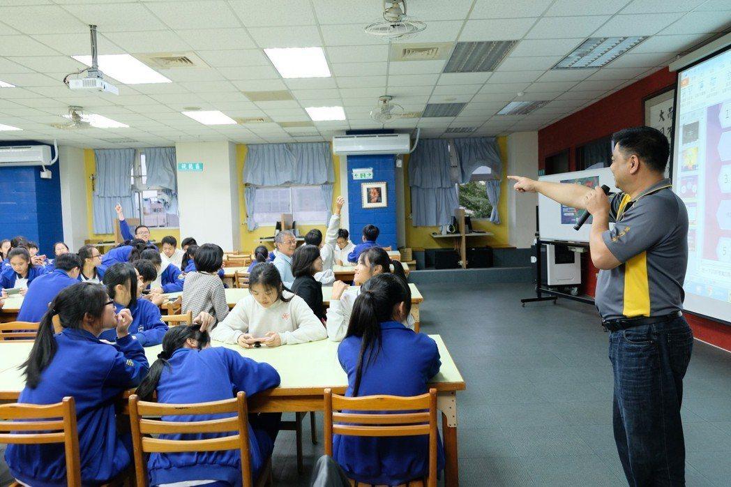 熊迺祺以簡單又幽默的方式說明毒的可怕,學生們各個都專心地聆聽,也踴躍舉手回答問題...