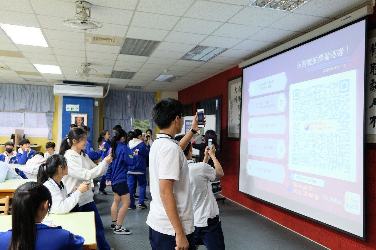 學生踴躍拿出手機掃條碼要玩反毒互動遊戲《已毒快快回》。記者張曼蘋/攝影