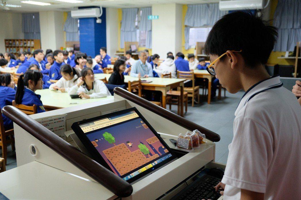 羅姓學生在台上玩《已毒快快回》。記者張曼蘋/攝影
