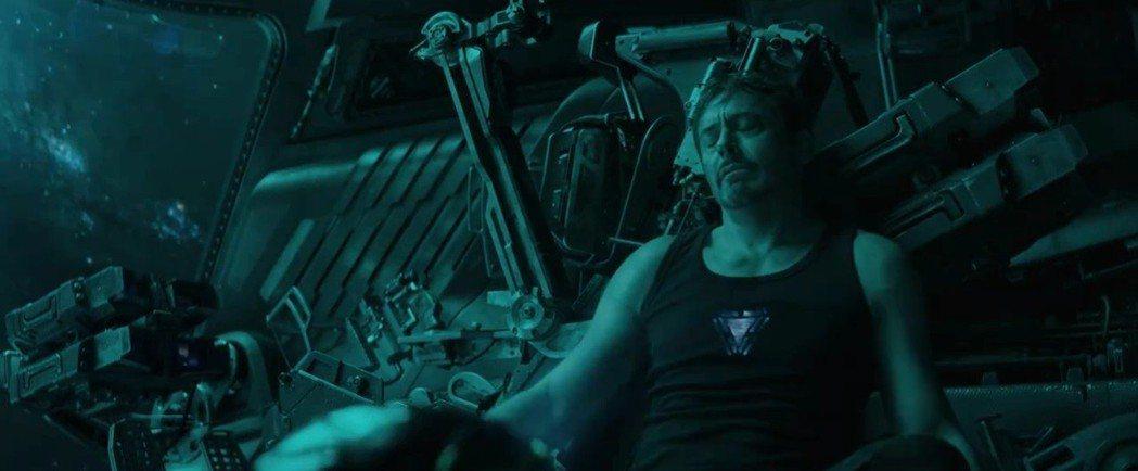 鋼鐵人在太空漂流,陷入危機。圖/翻攝自YouTube
