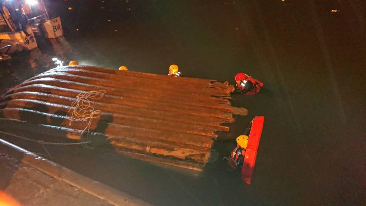 宜蘭縣頭城鎮烏石港北堤港一字堤外海今晚船難,搜救人員已找到船,發現船體翻覆且斷成...