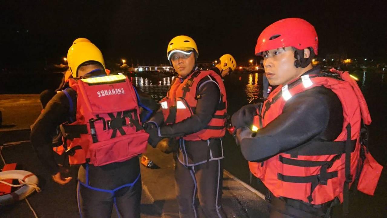 宜蘭消防局出動頭城、礁溪、特種、大里分隊消防人員攜帶水域救生裝備、照明設備、救生...