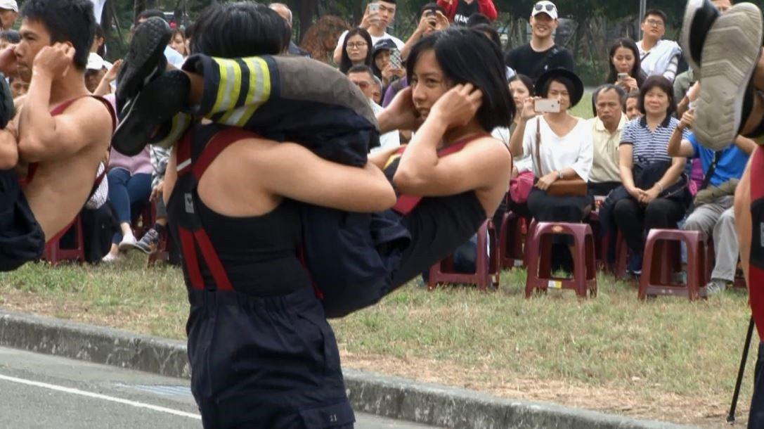 消防特考班訓練時不分男女,不論是體適能、鍛鍊體能、肌耐力和消防救助戰技等標準一致...