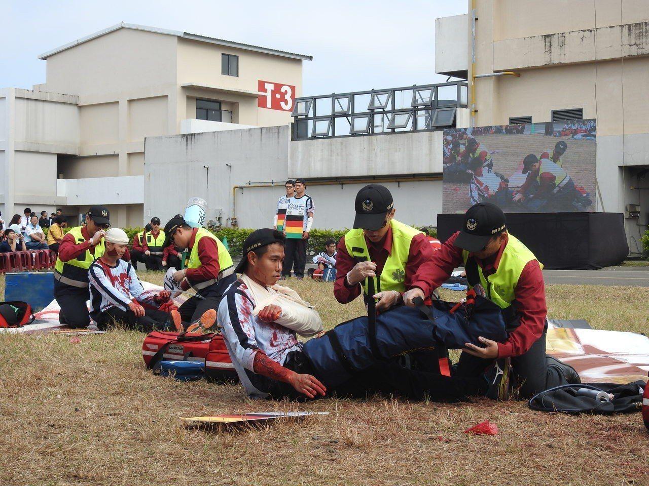 消特班成果展完整呈現大型災害檢傷救護機制,結訓學員專業且迅速表現,博得滿堂彩。記...