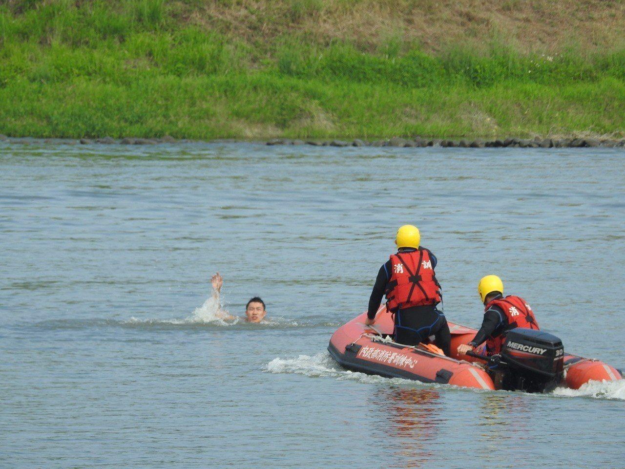 106年消特班今結訓,學員在竹山消訓中心模擬災害進行水域救援。記者賴香珊/攝影