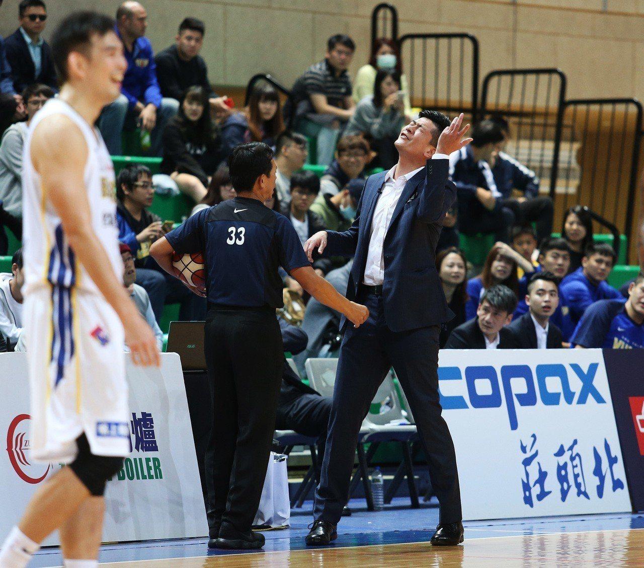 裕隆執行教練李啟億(右)。圖/中華籃球協會提供