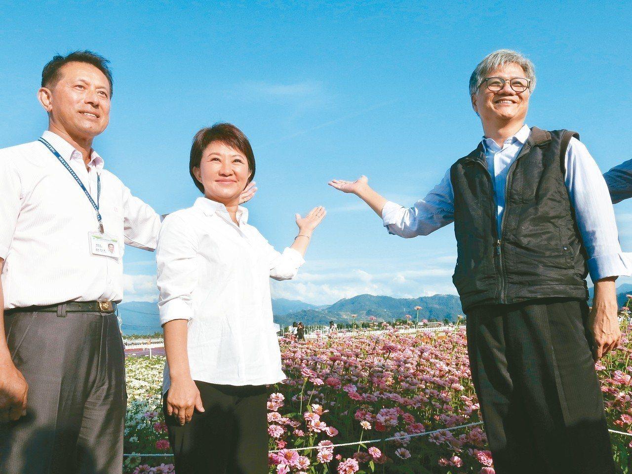 台中市長當選人盧秀燕(左二)昨邀請吳蕚洋(右)一同行銷新社花海美景。 記者黑中亮...