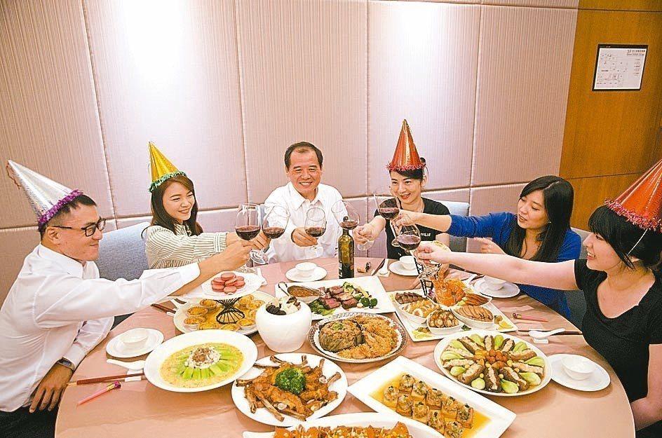 富信大飯店今年尾牙強打美味「菜色」,佳餚上桌,讓所有員工都擁有好FU。 圖/富信...