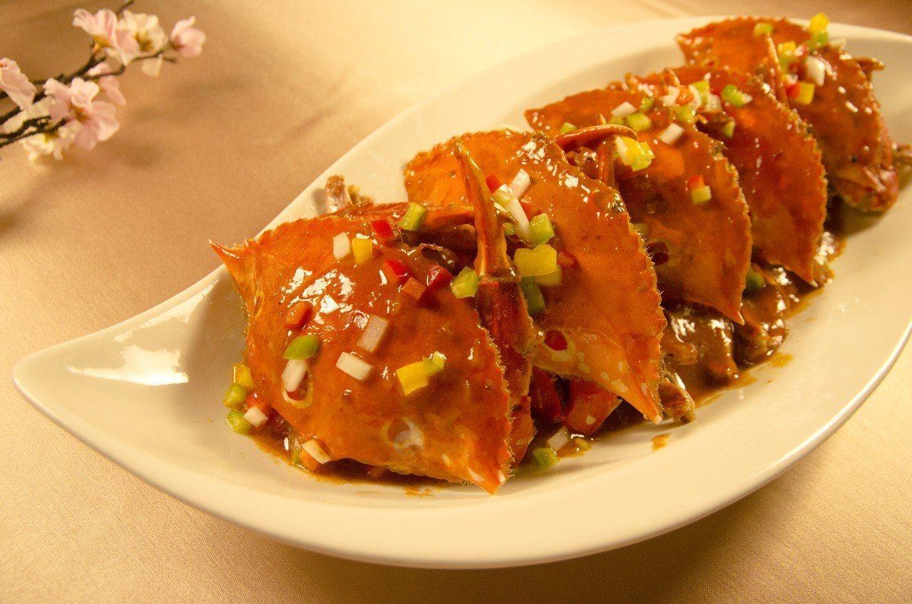 「香辣紅袍咖哩蟹」幾乎是老饕必點佳餚,辛香料加上咖哩味道,與三點蟹結合出絕佳海鮮...
