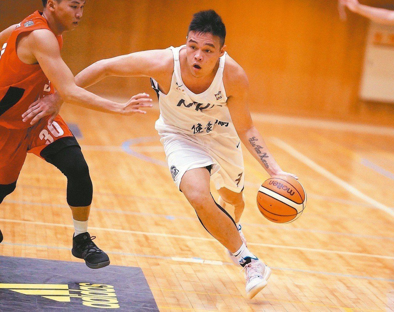 台藝大陳懷安(右)帶領球隊逆轉屏大。 圖/大專體育總會提供