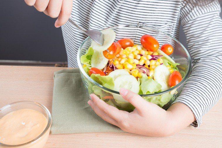 促進代謝週期的生菜,可以在午餐時充分攝取。 圖/疾管署提供
