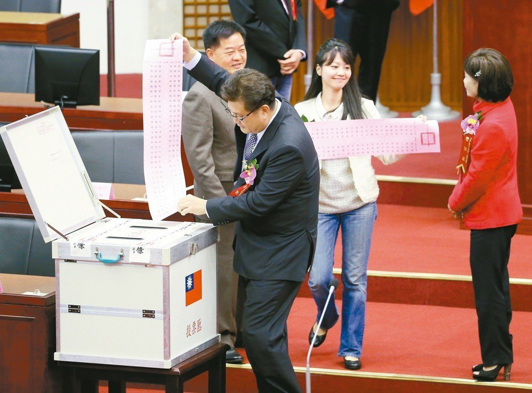 台北市議會議長、副議長選舉投票。民進黨兩議員林世宗〈前穿西裝者〉與高嘉瑜〈穿白衣...