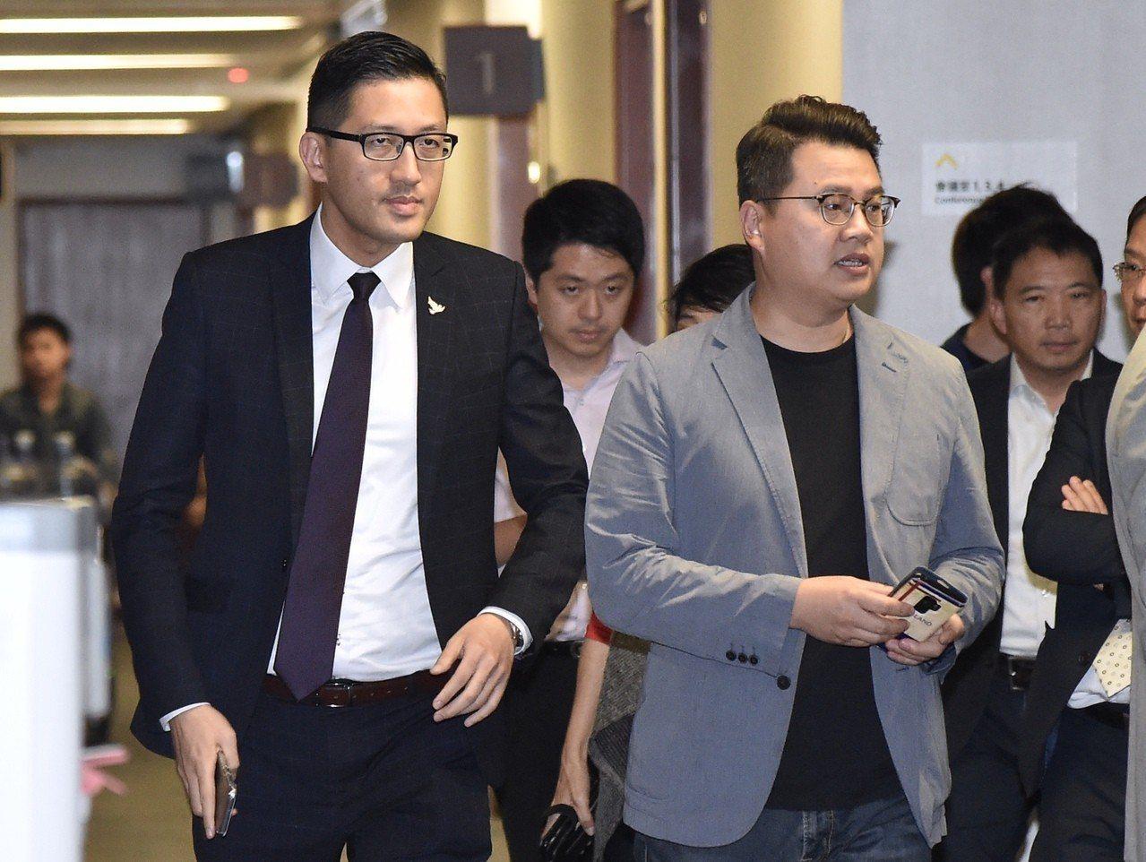 香港民主黨兩名立法會議員林卓廷及尹兆堅,因為6月在議會內抗議而遭「預約拘捕」,他...