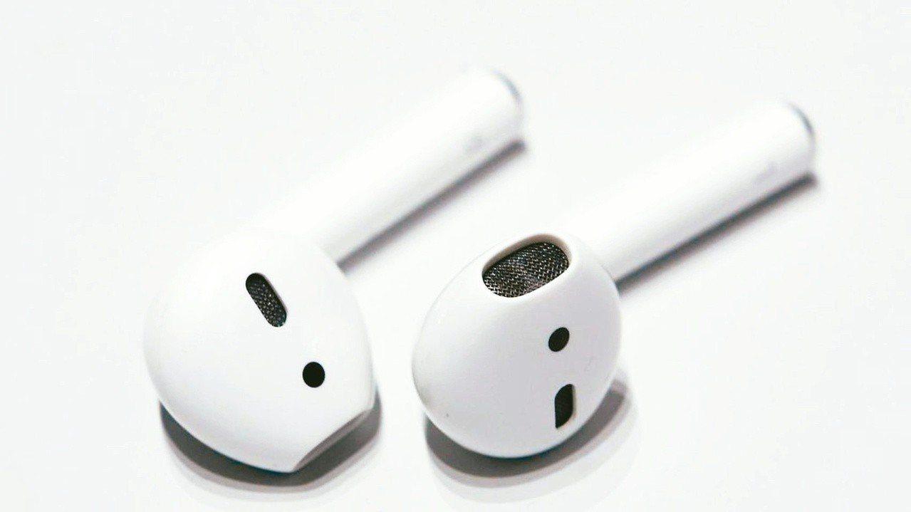 圖為舊款的AirPods耳機。路透