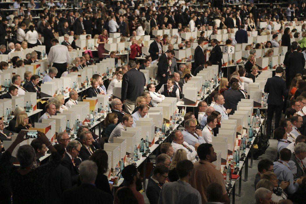 1,001位黨代表在漢堡(正好是梅克爾的出生地)出席黨代表大會,選出新任黨魁。這...