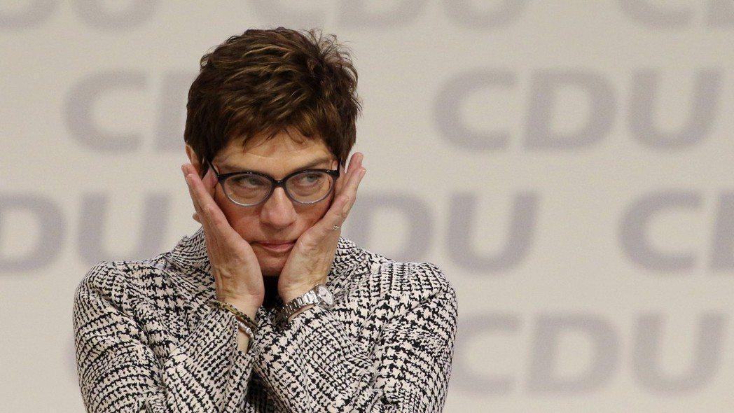 梅克爾的加持對於新任黨魁AKK來說,既是護身符卻也是頭痛的緊箍咒,她的政治遺產是...