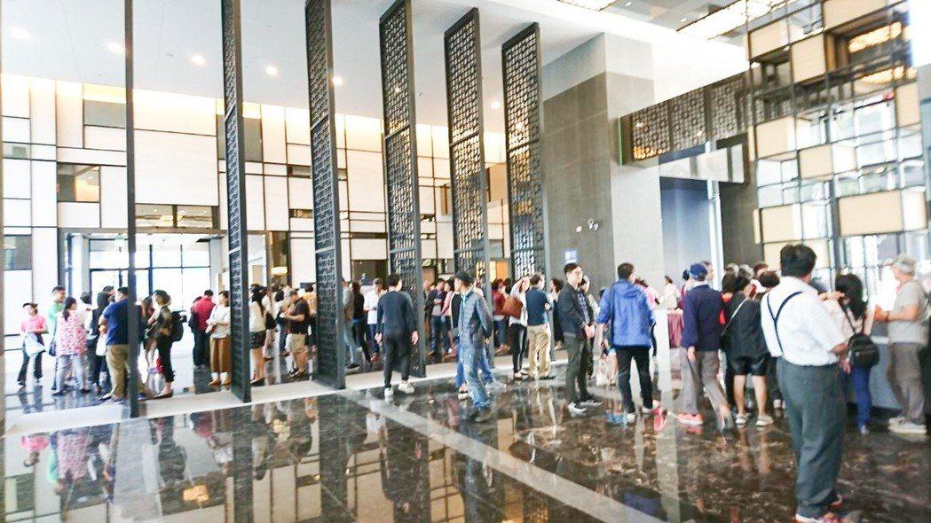 中欣開發「欣灣時代」上午開賣,預約民眾排隊進大廳由現場銷售人員帶看。 攝影/張世...