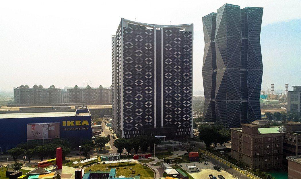 「欣灣時代」位於亞洲新灣區正核心,和中鋼企業總部相鄰。 攝影/張世雅