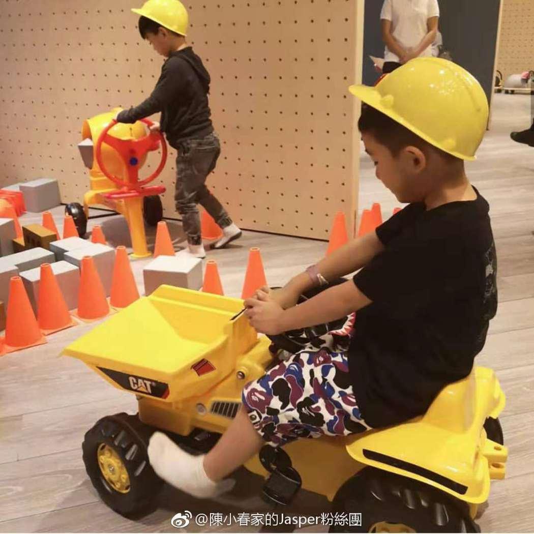 應采兒日前還曬出Jasper出門遊玩的照片,相當可愛。圖/擷自weibo。
