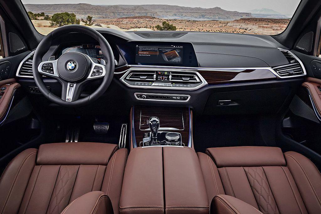 BMW X5車艙以駕駛者導向為設計理念,並導入全新六角形中控儀錶台造型。 圖/BMW提供