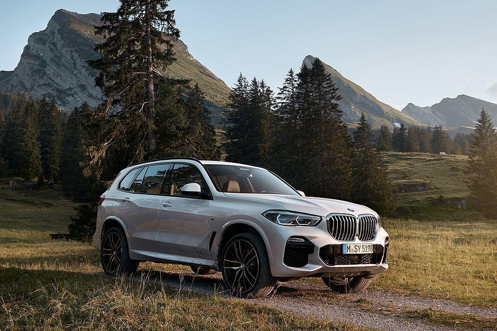 全新第四代BMW X5換裝CLAR模組化底盤平台,軸距增長42mm外車身尺碼也放大到長4,922mm、寬2,004mm、高1,745mm。 圖/BMW提供