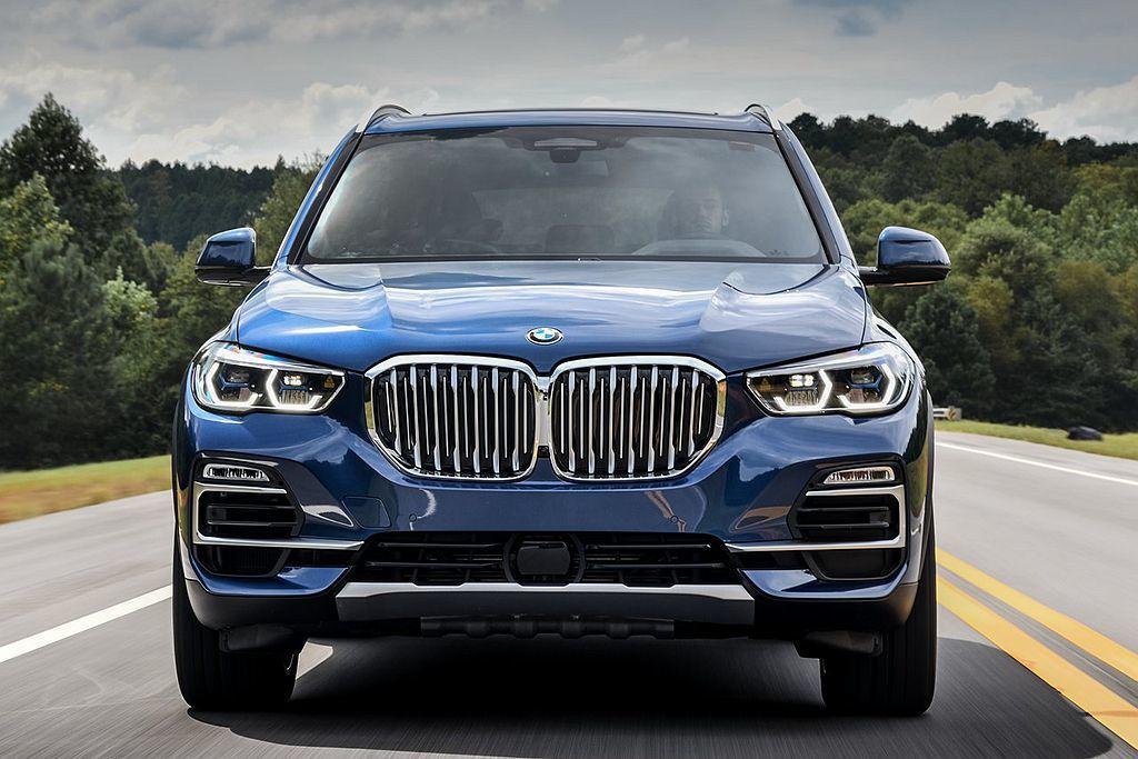 全新BMW X5的導入新造型LED頭燈,匹配碩大的雙腎形水箱護罩使車頭相當有霸氣。 圖/BMW提供