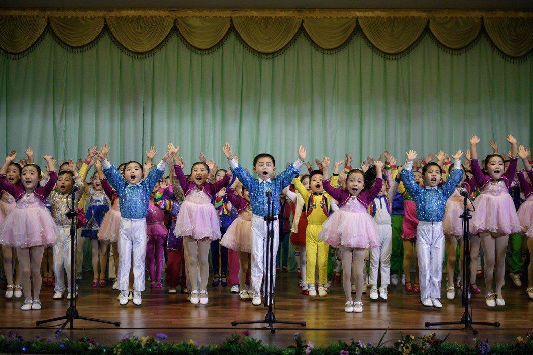 孩童們一起唱歌讚揚最高領袖金正恩。 (法新社)