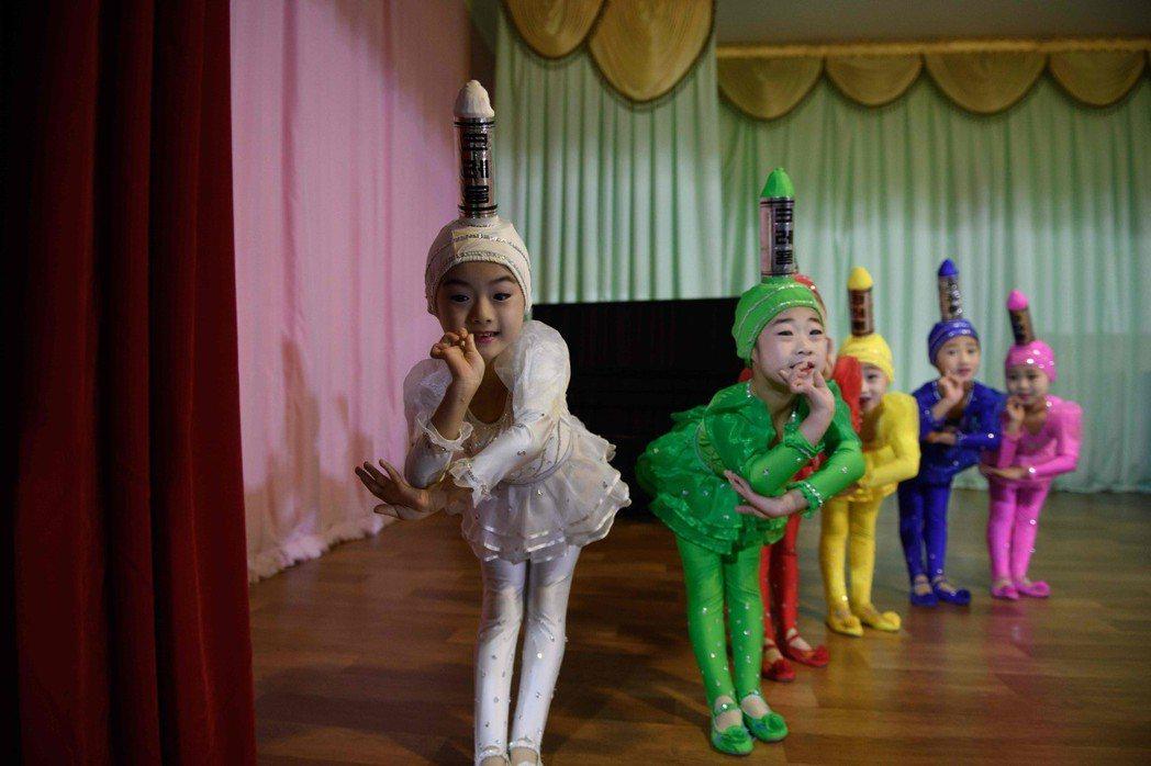 新義州幼兒園孩童們穿著鮮豔服裝進行表演。 (法新社)