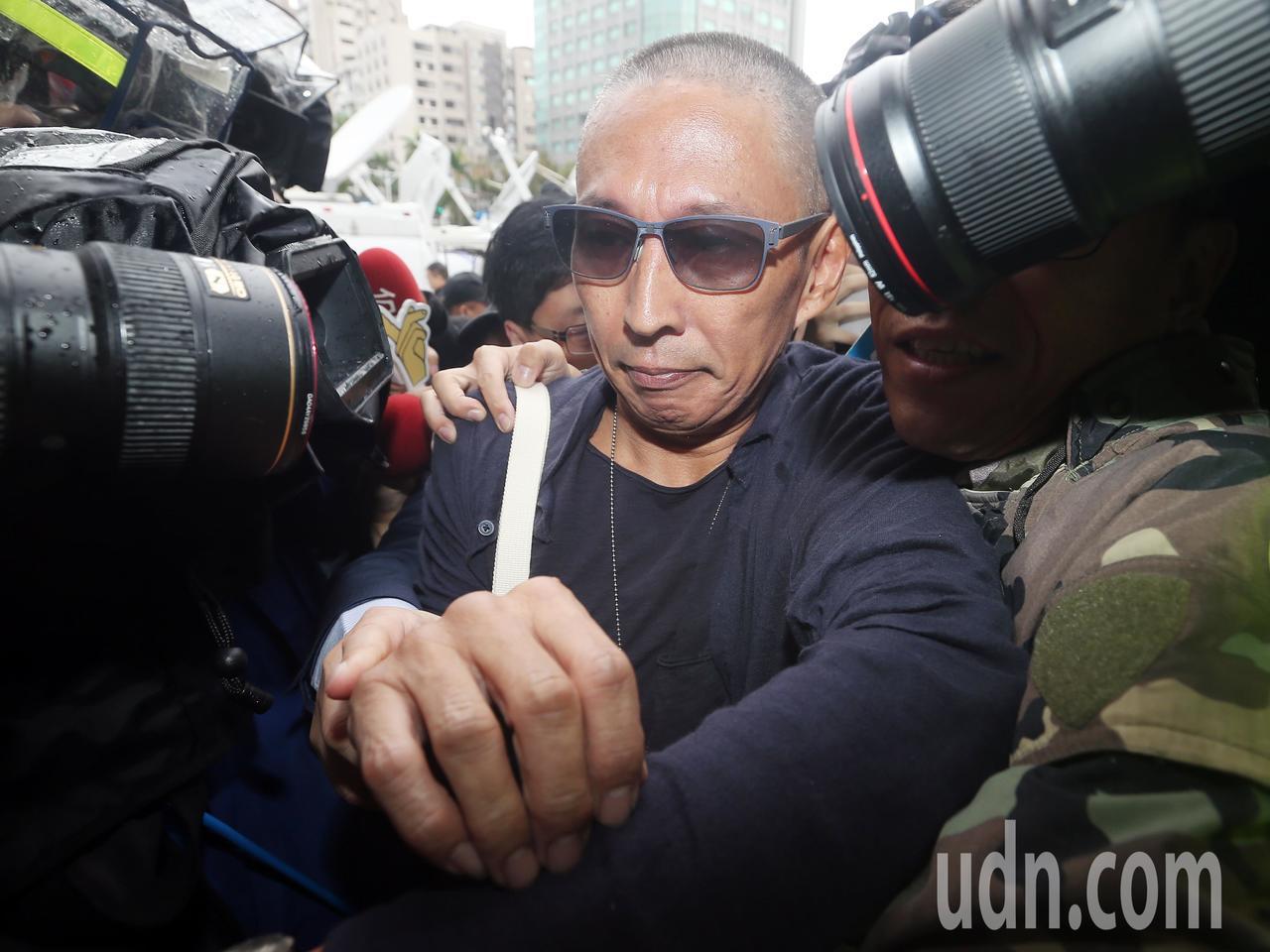 導演鈕承澤(中)被控性侵,昨天上午前往大安分局說明案情。記者杜建重/攝影