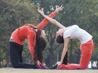 雙人瑜珈。好學校網