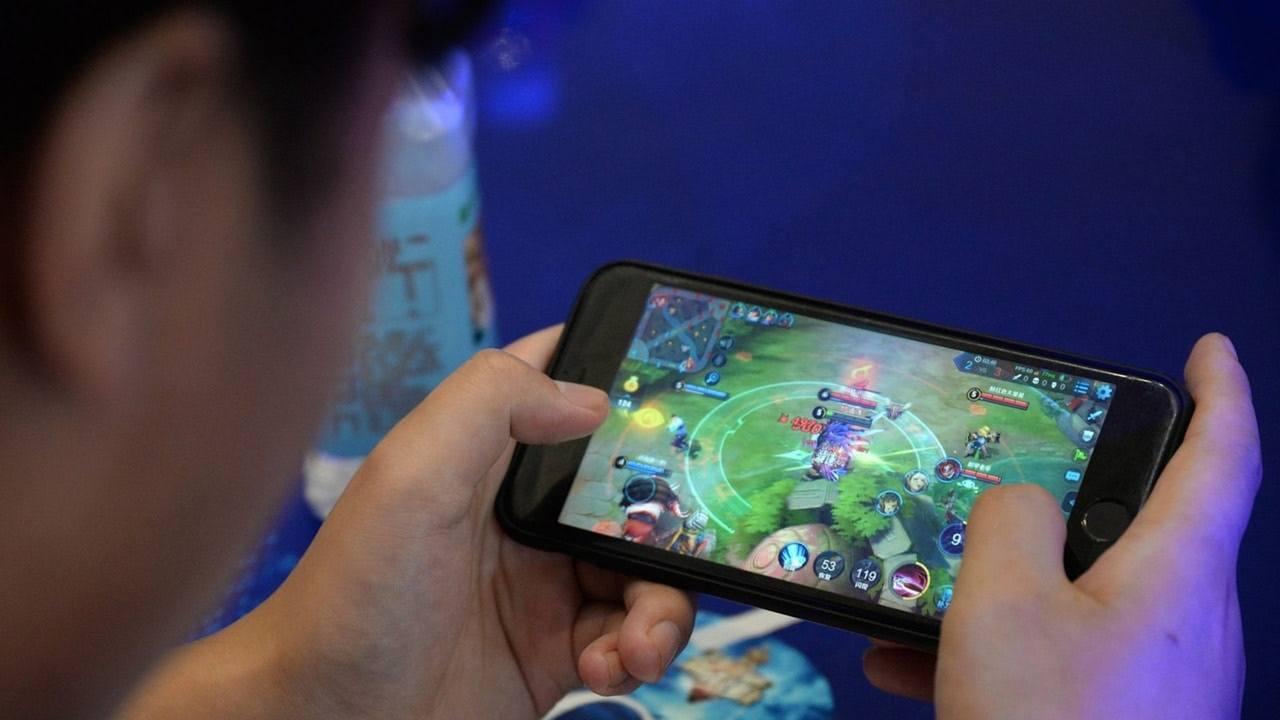 江蘇一位男大學生近日打手機遊戲「王者榮耀」時,匹配到的隊友竟一個比一個「廢」,完...