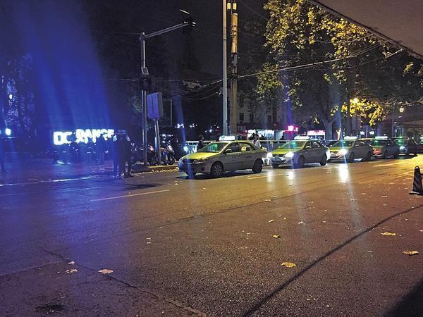 河南鄭州計程車夜間在市區迪廳、KTV、酒吧等娛樂場所門外路邊候客,必須向娛樂場所...