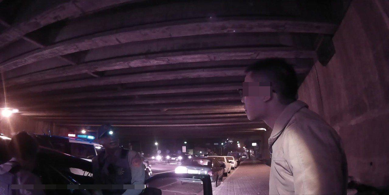 劉男(右)從事殯葬業,竟靠吸毒排壓,令警方搖頭。記者林佩均/翻攝