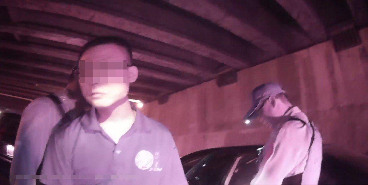劉男(左)從事殯葬業,竟靠吸毒排壓,令警方搖頭。記者林佩均/翻攝