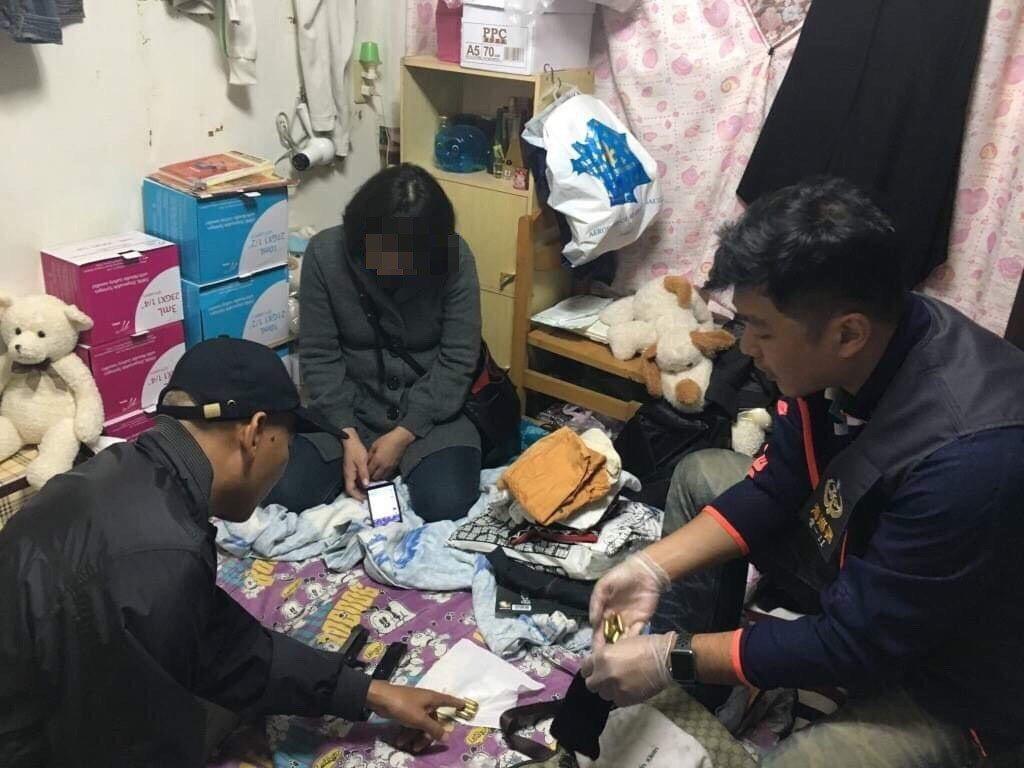 雲林縣北港警分局在一名入監的許姓藥頭其女友家中查獲槍枝及子彈。記者陳雅玲/翻攝