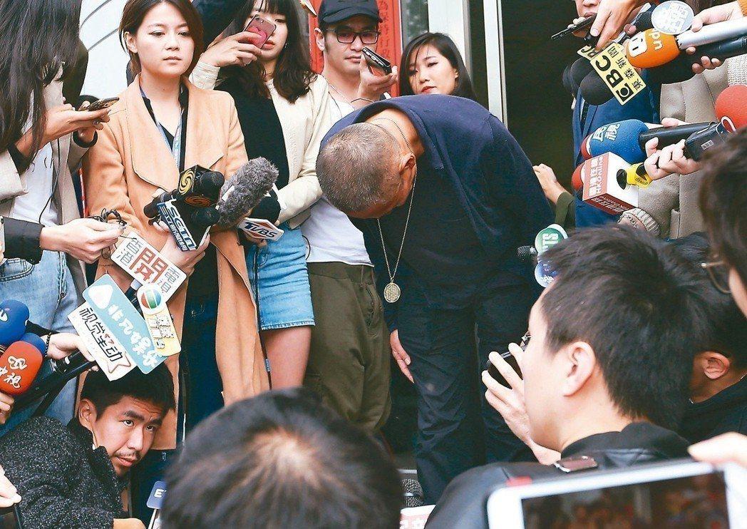 鈕承澤表示,這件案子在司法審判之前,已經有另一場公審正在進行,說完一鞠躬後快速離
