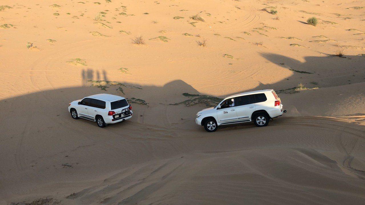 衝沙的車必須穿過一個又一個沙丘。記者許晉榮/攝影