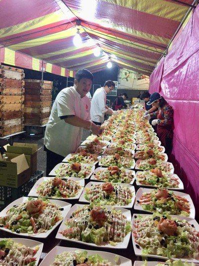 日光溫泉酒店知名主廚化身總鋪師,準備豐盛的在地特色料理。